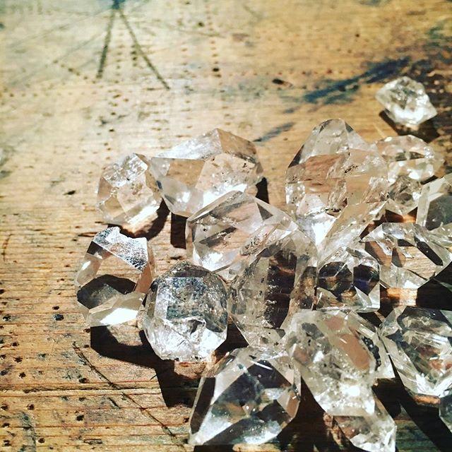 明後日の 新月の日にムーンクリスタルウォーターをつくろうと友人にハーキマーダイヤモンドという水晶を分けてもらいました・ハーキマーダイヤモンドの浄化の波動と満月 新月 の月エネルギーそれを転写された お水をムーンクリスタルウォーター といいますそのクリスタルウォーターで 石けんを つくったり満月 新月の日に ムーンクリスタルウォーターで石けん教室をしたいな と・ハーキマーダイヤモンドと月のエネルギーでたくさんのかたに癒しを感じていただけますように#ムーンクリスタルウォーター#満月#新月#石けん教室