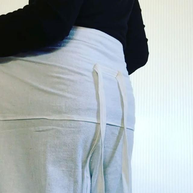 タイパンツ ご購入者さまへ履き方 動画です① ヒモがある方を後ろにしてはきます裾の位置をご自身のよいところで合わせてます② 前側に大きく広げ 腰周りに合わせて左右折り込みます ここを丁寧にすると綺麗に履くことができます③ 骨盤のへんで ひもを一度締めます片方だけ ひもを1回通します これをするとひもが緩まず 着崩れしません④ちょうちょ結びをします⑤上の生地を折り返します⑥整えて出来上がり!! はじめはなれませんが 練習あるのみです♡動画見ながら 履いてみてください!#タイパンツ#タイパンツ履き方#お洒落着に#通販可